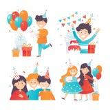 Plan vektoruppsättning av lyckliga ungar som firar födelsedag Pojkar och flickor i partihattar Gåvaaskar och glansiga luftballong royaltyfri illustrationer