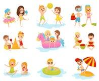 Plan vektoruppsättning av små barn i olika handlingar Spela med den uppblåsbara bollen, byggande slott från sand stock illustrationer