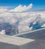 Plan vinge, jordning, moln och himmel Royaltyfria Bilder