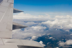 Plan vinge, jordning, moln och himmel Arkivbild