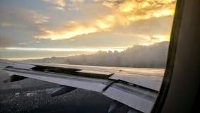 Plan vinge med episk himmel Arkivfoton