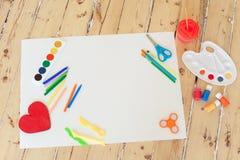Plan vit kanfas med målarfärger, borstar, ritar att lägga omkring Royaltyfria Foton