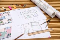 Plan von Wohnungsräumen und von Planrollen Stockfotografie