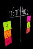 Plan y hecho con las notas pegajosas del color Fotografía de archivo