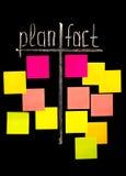 Plan y hecho con las notas pegajosas del color Imagen de archivo libre de regalías