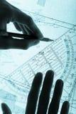 Plan y manos del topógrafo con un lápiz Foto de archivo