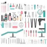 Plana designbeståndsdelar av cosmetology, frisering, makeup och manikyr Spa hjälpmedel och utrustninguppsättning Isolerat kosmeti Arkivbilder