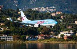 Plana landa Boeing 737-800 Royaltyfri Fotografi