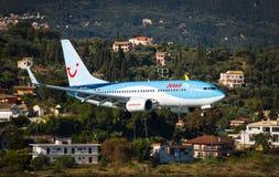 Plana landa Boeing 737-800 Royaltyfri Bild