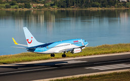 Plana landa Boeing 737-800 Arkivbild