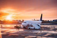 Plana logipassagerare för flygplan i flygplats i Sunny Sunset arkivfoton