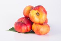 Plana persikor (munkpersikor) på en bakgrund Royaltyfria Bilder