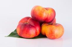 Plana persikor (munkpersikor) på en bakgrund Royaltyfri Fotografi