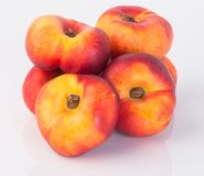 Plana persikor (munkpersikor) på en bakgrund Arkivfoto