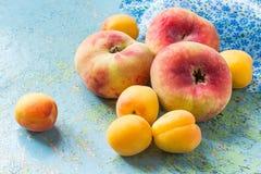 Plana persikor och aprikors Arkivfoton