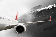 Plana röda svarta vita berg för flygplan för molnlopptransportion Arkivbild