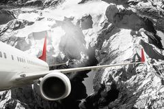 Plana röda svarta vita berg för flygplan för molnlopptransportion Fotografering för Bildbyråer