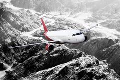 Plana röda svarta vita berg för lopptransportionflygplan Royaltyfria Foton