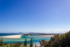 Plana sanddyn p? deltan av det skrivande in Stilla havet f?r Nambucca flod till och med den breda sandiga stranden av den austral royaltyfria bilder