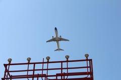 Plana turflygplatsljus som landar ankomst för avvikelse för himmelflygbusstrans., reser Royaltyfria Bilder