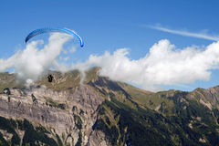 Planador de Para/cair, montanhas, céu azul & nuvens Foto de Stock Royalty Free