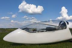 Planador no aeroporto Cabina do piloto visível Fotos de Stock Royalty Free