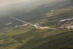 Planador que gira em voo sobre Inglaterra rural Fotografia de Stock