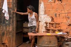 Planaltina, ¡ s, Brésil de Goià 21 avril 2018 : Une position de jeune femme en dehors de sa maison images libres de droits