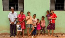 Planaltina, Goià ¡ s, Βραζιλία 26 Ιανουαρίου 2019: Ένας ηληκιωμένος και η οικογένειά του που στέκονται έξω από το σπίτι τους στοκ εικόνα με δικαίωμα ελεύθερης χρήσης