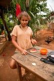 Planaltina, Goià ¡ s, Βραζιλία 26 Ιανουαρίου 2019: Ένα νέο κορίτσι που στέκεται έξω από το σπίτι της που τρώει το καρπούζι φτωχαί στοκ εικόνα με δικαίωμα ελεύθερης χρήσης