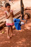 Planaltina, Goias, Brésil 27 octobre 2018 : Soeur deux jouant sur une oscillation faite maison dans leur cour dans la pauvre comm photo libre de droits