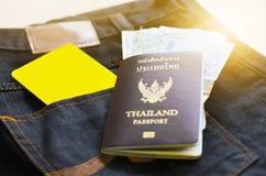 Planbesparing voor Reis met paspoortgeld en telefoon Stock Afbeeldingen