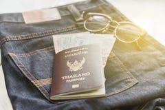 Planbesparing voor Reis met paspoortgeld en telefoon Royalty-vrije Stock Afbeelding