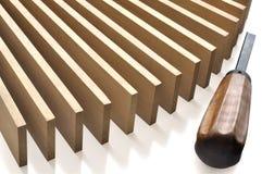 Plance di legno e un vecchio scalpello Immagine Stock