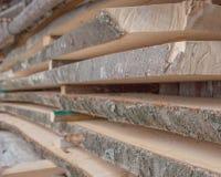 Plance di legno piegate in una segheria Bordi accatastati come struttura fotografie stock libere da diritti