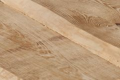 Plance di legno senza buccia dal pino dopo il processo con la smerigliatrice di angolo per il soffitto della casa di ceppo Fotografia Stock Libera da Diritti