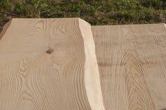 Plance di legno senza buccia per il soffitto della casa di ceppo dopo il processo con la smerigliatrice di angolo Immagini Stock Libere da Diritti