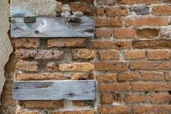 Plance di legno sul fondo del muro di mattoni Fotografia Stock Libera da Diritti