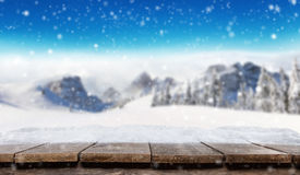 Plance di legno vuote con le montagne alpine di inverno Fotografia Stock