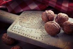 Planche à découper antique en bois avec des noix Image libre de droits