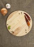 Planche à découper avec des épices sur le textile la texture Images libres de droits
