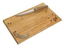 Planche à découper avec des épices sur un fond blanc Photos libres de droits