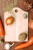 Planche à découper avec des légumes photo stock