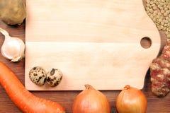 Planche à découper avec des légumes photo libre de droits