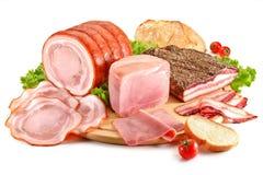 Planche à découper avec du porc, le lard, le jambon et le pain Photo libre de droits