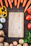 Planche à découper avec le mélange de légumes sur la table Image libre de droits