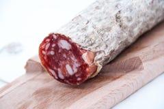 Planche à découper avec le salame italien Images stock