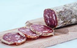 Planche à découper avec le salame italien Images libres de droits