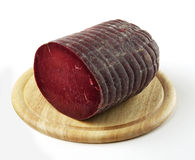 Planche à découper avec le salami de Bresaola Images libres de droits