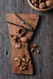 Planche à découper avec les noix criquées Photographie stock libre de droits
